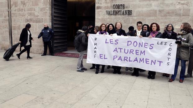 Funcionarias de las Cortes Valencianas se suman a la huelga feminista del 8 de marzo