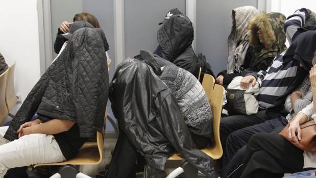 Miembros de la Mara Salvatrucha durante el juicio en Alicante