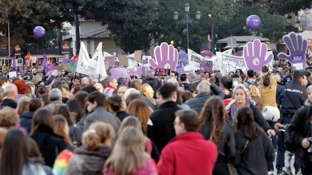 Pancartas y globos morados en la manifestación de la huelga feminista del 8 de marzo en Valencia