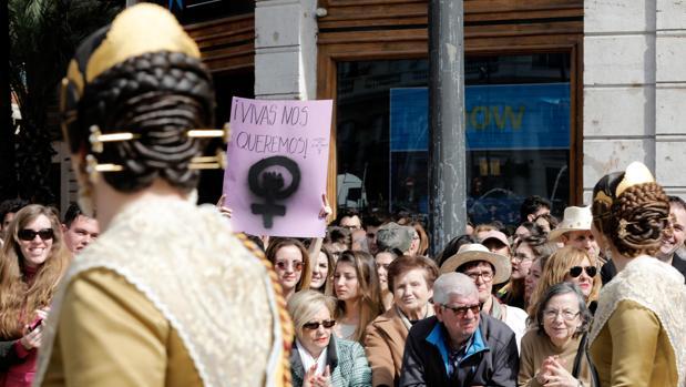 Dos falleras en la m,ascletà del Día de la Mujer en Valencia