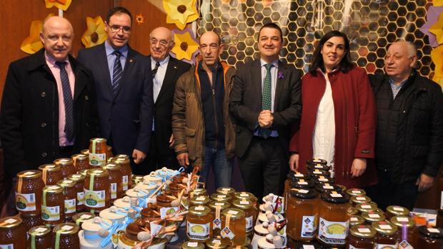 El consejero de Agricultura y otras autoridades, durante la inauguración de la Feria Apícola de Pastrana