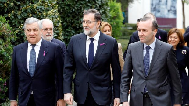 Rajoy, junto al líder del grupo parlamentario PPE en el Parlamento Europeo, Manfred Weber (derecha), y el presidente del Parlamento Europeo, Antonio Tajani (izquierda), en Valencia