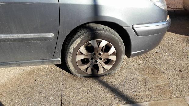 Uno de los neumáticos rajados del vehículo del concejal de Ciudadanos en San Vicente del Raspeig