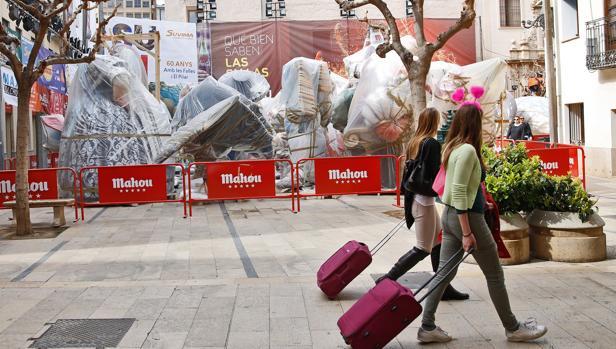 Imagen de dos turistas tomada este viernes en Valencia