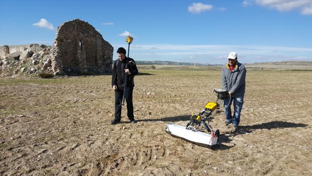Dos arqueólogos trabajan en la investigación de la ciudad romana de Caraca, en Driebes (Guadalajara)