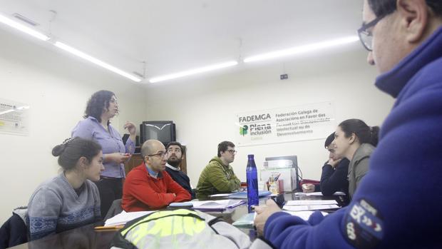 Yesica Penas impartiendo una de las sesiones de formación. En la mesa Angélica Jorge, Andrés, Antón, Fran, Vanessa y Eduardo