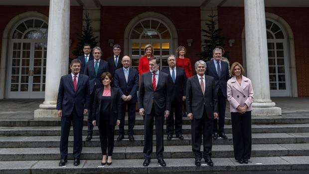 Foto de familia en La Moncloa, con el nuevo ministro de Economía, Román Escolano, arriba a la izquierda