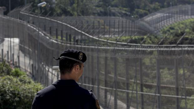 Un agente de la Guardia Civil observa la línea fronteriza de Ceuta