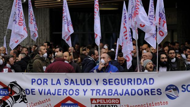 Protesta del sindicato de maquinistas de Metro ante la Asamblea, criticando la gestón de la crisis del amianto
