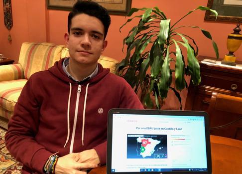 El estudiante Roberto Castrillo Puent posa junto a su petición en change.org por una EBAU justa