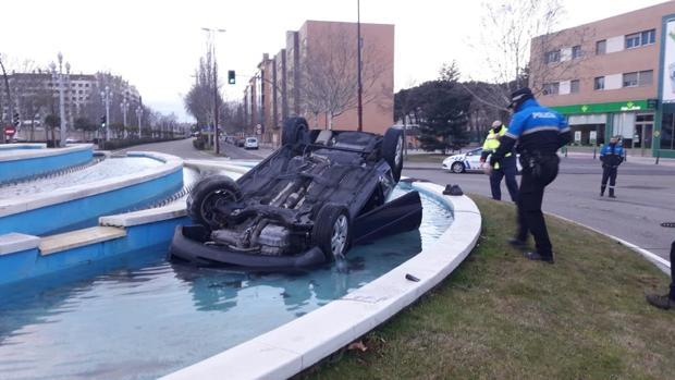 Estado en el que ha aparecido el vehículo esta mañana en una glorieta