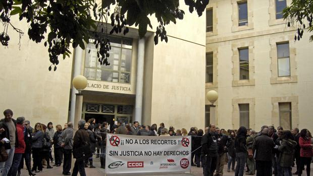 Imagen de archivo de una concentración frente al Palacio de Justicia de Alicante