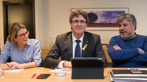 Puigdemont, junto a Artadi y Batet, durante una renunión de los dipiutados de JpC en Bruselas