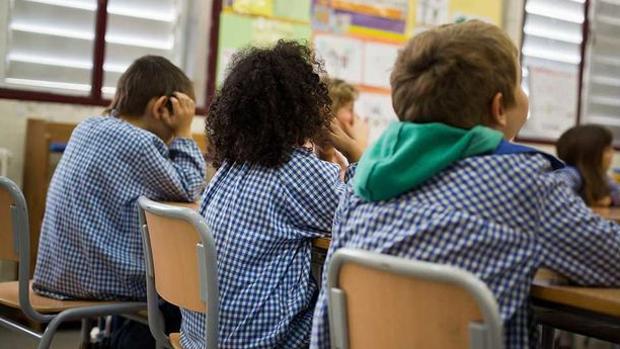 Imagen de varios niños en una escuela española
