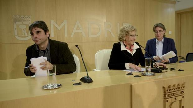 El delegado de Economía, Jorge García Castaño, la alcaldesa Manuela Carmena y la teniente de alcalde Marta Higueras