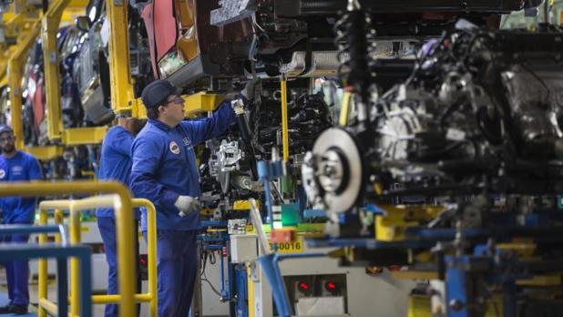 Operarios en la fabricación de motores en la planta de Ford en Almussafes
