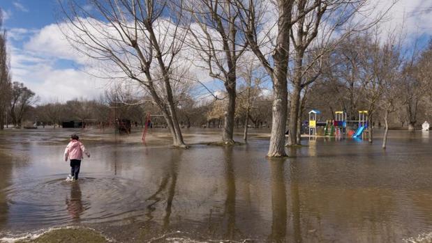 Crecida del río Águeda, tras las últimas lluvias, a su paso por Ávila