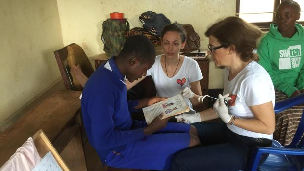 Beatriz Jiménez (de frente), graduando la vista a un joven tanzano