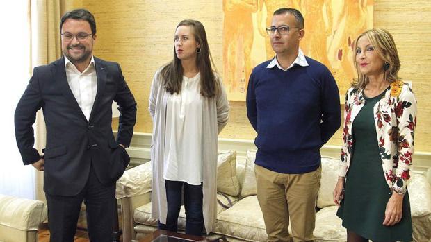 Asier Antona (PP), Melisa Rodríguez y Mariano Cejas, de Cs en Canarias, y María Australia Navarro (PP) durante una reunión