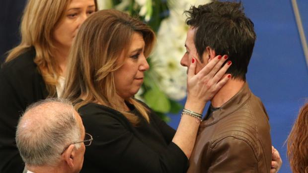 Susana Díaz, en la capilla ardiente, abraza al padre de Gabriel Cruz