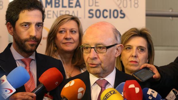 El ministro Cristóbal Montoro atiende a los medios en Segovia