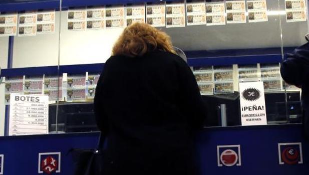 Una mujer en una administración de Lotería de Alicante