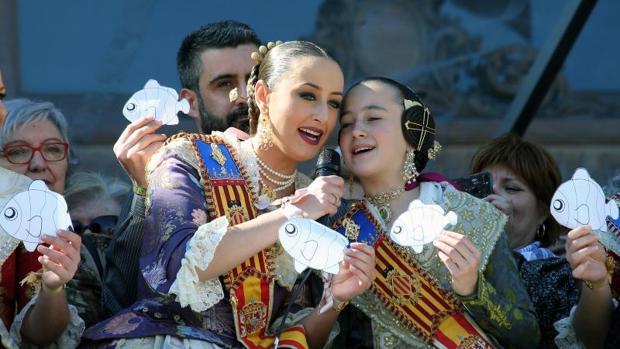 Las Falleras Mayores, Rocío Gil y Daniela Gomez, sujetando unos peces de papel momentos antes de comenzar el disparo de la mascletá