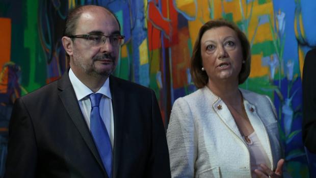 El presidente aragonés Javier Lambán (PSOE), junto a su antecesora Luisa Fernanda Rudi (PP)