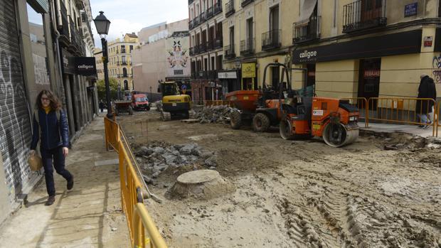 Las máquinas de obra mantienen levantada la calle de Augusto Figueroa