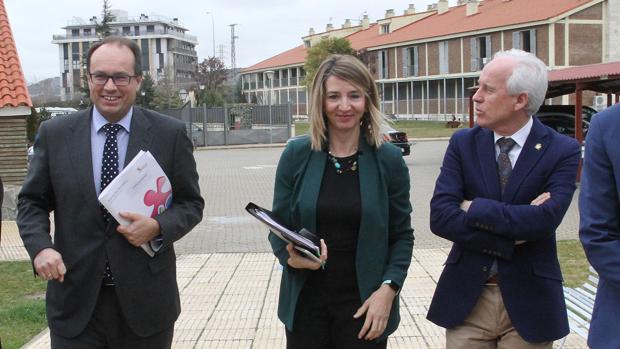 La consejera de Familia, entre el gerente de Servicios Sociales y el delegado territorial, este pasado martes en Palencia