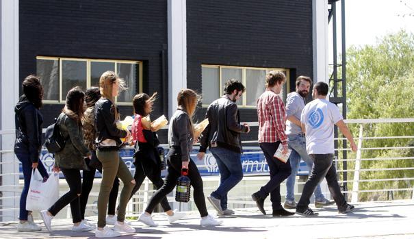 Un grupo de jóvenes se dirige, el año pasado, al macrobotellón de La Peraleda