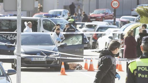 La Policía Científica junto al cadáver de Richi y su vehículo