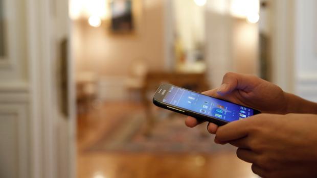 Una persona utilizando un teléfono inteligente