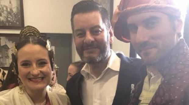 Mónica Oltra como fallera junto al concejal Carlos Galiana y el presidente de su falla