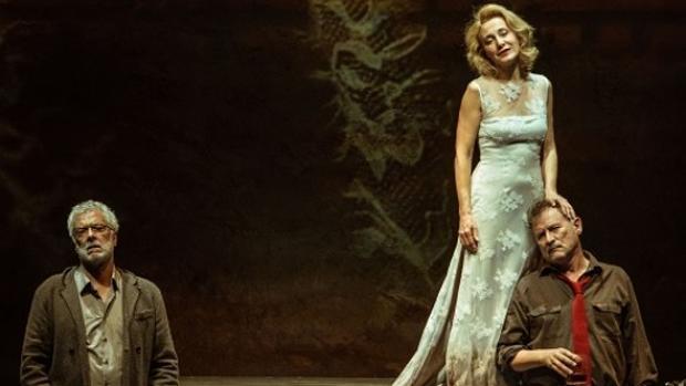 Adolfo Fernández, junto a dos de los protagonistas de «En la orilla» que llega al Teatro de Rojas