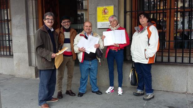 Vecinos de Palomeque y Corral de Almaguer que han presentando las firmas este miércoles