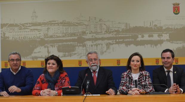 Jaime Ramos, en el centro, junto con miembros del jurado