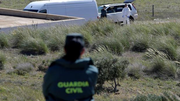 La Guardia Civil y la policía cientifica en la finca de Rodalquilar, en Níjar