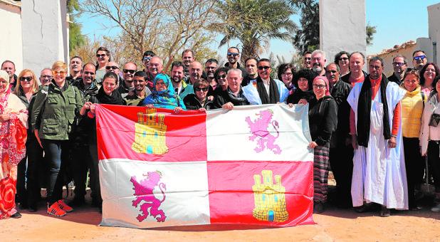 La delegación castellano y leonesa, a la entrada del Parlamento Saharaui
