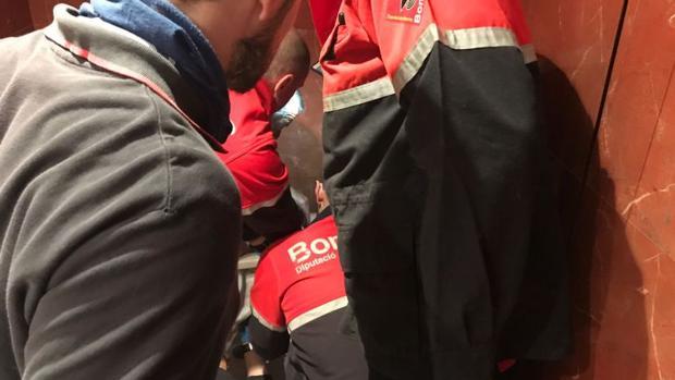 Los Bomberos liberan al hombre con un testículo atrapado en un hotel en Torrevieja