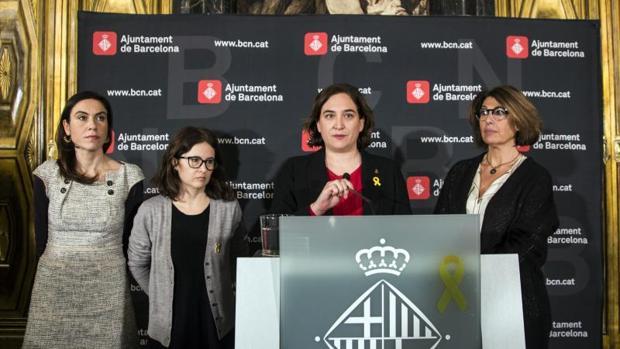 Colau, en un acto en el Ayuntamiento con las parejas de los líderes catalanes encarcelados