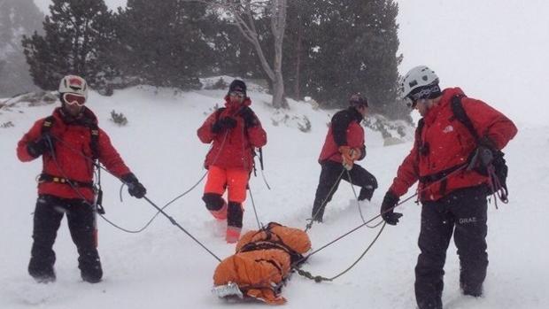Un equipo de bomberos en un rescate de montaña