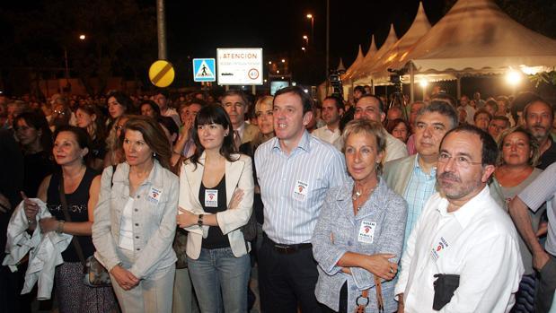 Protesta de dirigentes socialistas y del Bloc frente a las instalaciones de RTVV en septiembre de 2006