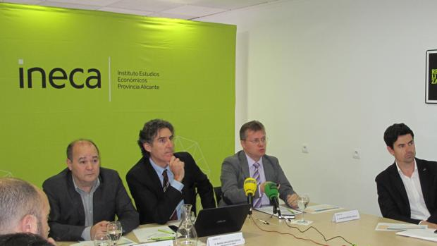 Presentación del estudio preeliminar sobre la autopista AP-7 por directivos de INECA