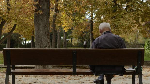 Un anciano, en el banco de un parque