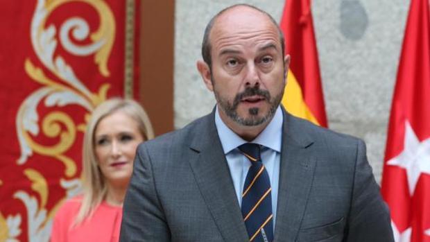 Pedro Rollan, en primer plano, junto a Cristina Cifuentes, presidenta de la Comunidad de Madrid