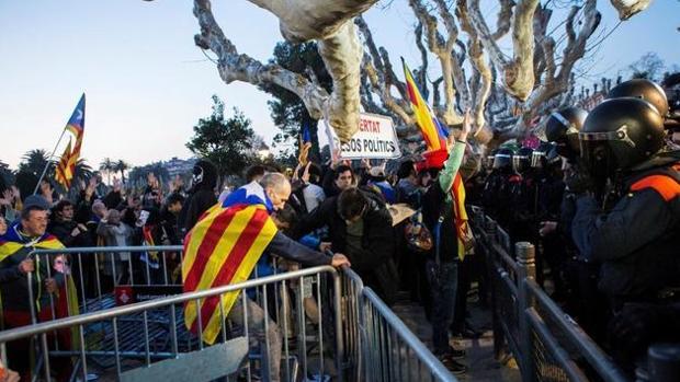 Un grupo de independentistas durante los incidentes en el Parlament