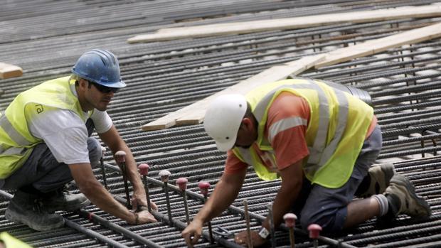 Imagen de archivo de dos obreros tomada en la ciudad de Valencia
