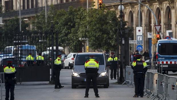 Agentes de los Mossos d'Esquadra controlan los accesos al Parlament de Cataluña