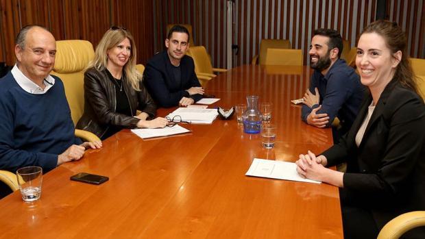 Belmonte (derecha) durante su reunión con representantes del PSPV-PSOE para negociar su apoyo para la Alcaldía de Alicante